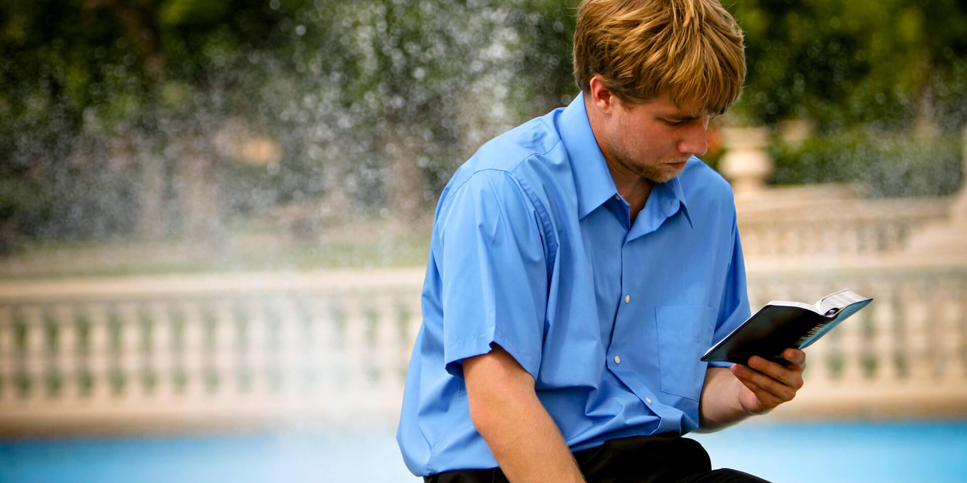 Ein Mann, der in der Bibel liest