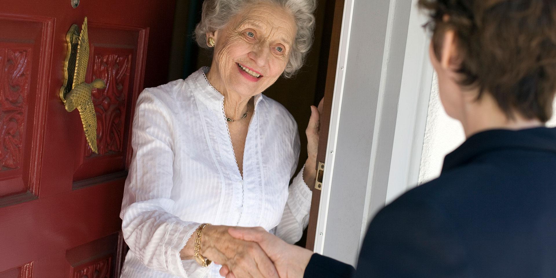 Eine junge Frau besucht eine alte Dame