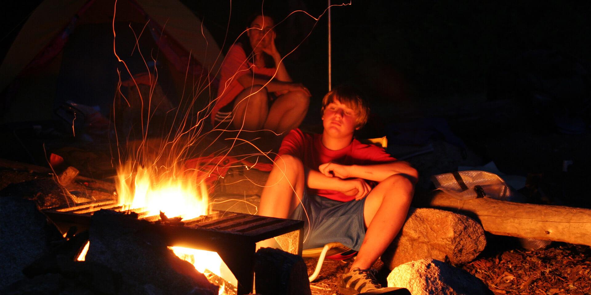 Jugendliche am Lagerfeuer