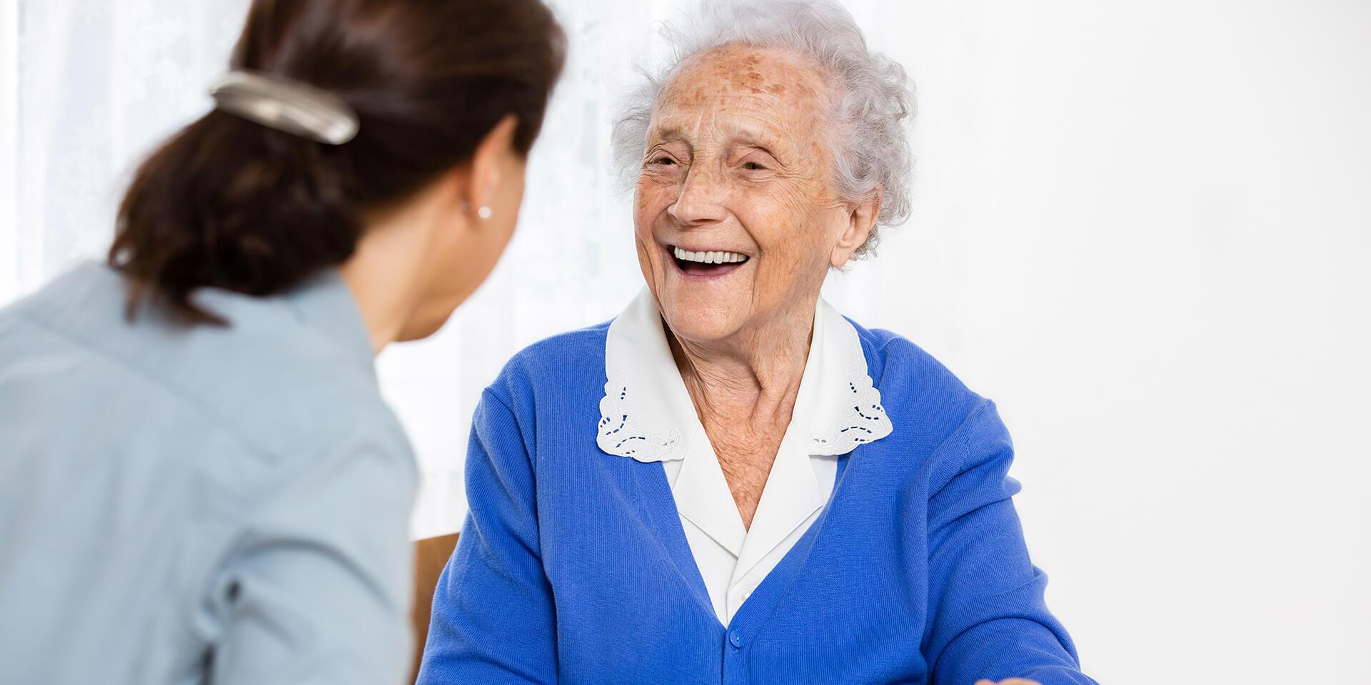 Altenpflegerin im Gespräch