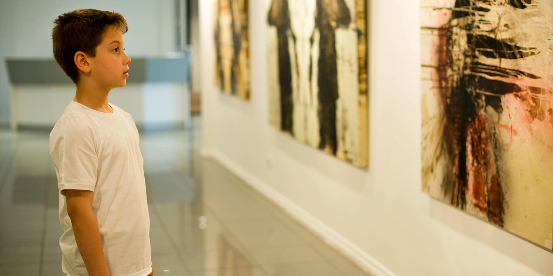 Junge in einer Kunstausstellung