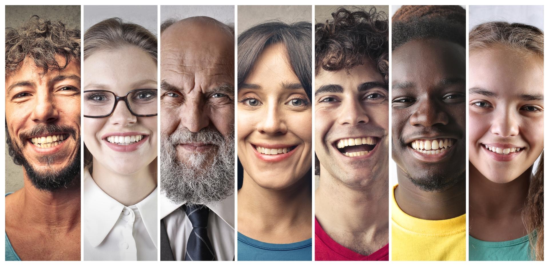 Menschen mit lachenden Gesichtern