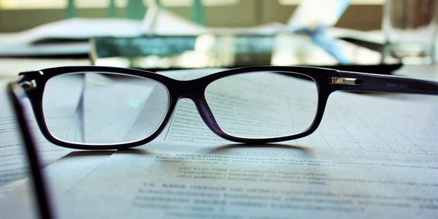 Eine Brille auf einem Schriftstück, Bild: © Mari Helin / unsplash